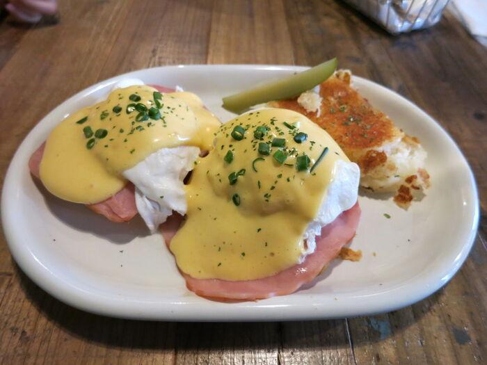 朝食やブランチにぴったりのエッグベネディクト。サクサクのスコーンにハムやポーチドエッグ、少し酸味のあるソースがかかっています。食材のハーモニーを楽しめますよ。