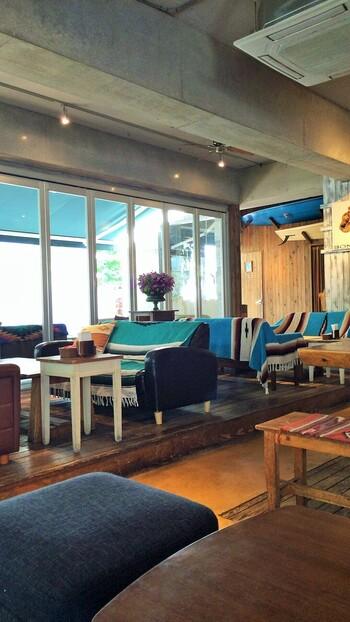 店内は木が多く使われ、ナチュラルな雰囲気です。ソファーのブルーが爽やかで、まるで海辺のカフェに来たかのよう。