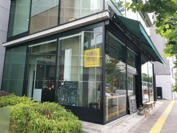 ガラス張りの外観がおしゃれなカフェ。1階はベーカリー、2階はレストランになっていて、モーニングからディナーまで楽しめます。