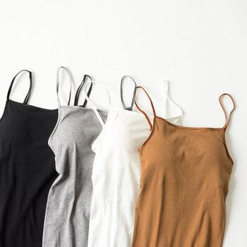 カッティングにこだわったオーガニックコットンのブラパット付きキャミソール。下着っぽさを軽減した胸元はデコルテを美しく見せてくれます。シャツのインナーとして見せる着こなしもできる便利なアイテムです。