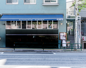 スパイスたっぷりのエキゾチックな料理が頂けるこちらのカフェ。ブルーで統一された建物が目印です。