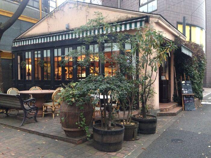 恵比寿駅から徒歩10分ほど、お散歩がてら立ち寄れるカフェです。小さなお家のような外観が可愛らしいですね。天気が良い日は、テラス席でのカフェタイムもおすすめです。
