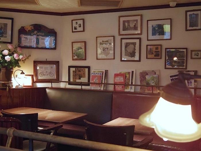 店内は写真やポスターが飾られ、温かみのあるクラシカルな雰囲気。時間を忘れてくつろげそうです。