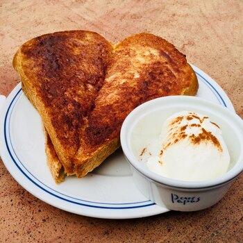 ハートの形が可愛いシナモントーストは、ランチタイムの一押しメニューです。シナモンとバターの香りが食欲をそそります。セットで付いてくるホイップクリームをのせると、違った美味しさを楽しめますよ。
