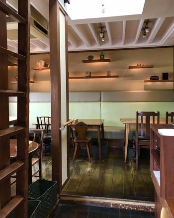 1階は販売スペース、2階はカフェスペースとなっています。和モダンな雰囲気で、居心地の良い空間です。