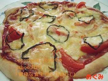 こちらは、発酵から焼き上げまでをスチームオーブンレンジで行った本格的なピザ。タンク式の機種を使っているようです。自家製ピザは、生地の厚みや具材をお好みで楽しめるのがいいですね。