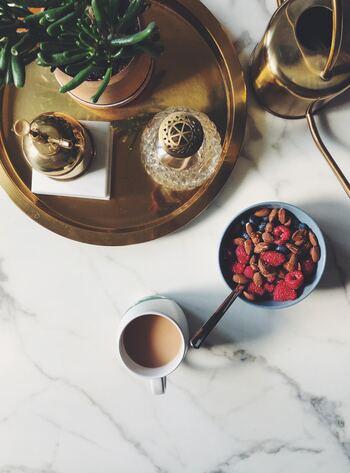 ヨガは前屈したり、ねじったり、うつぶせになったりと様々なポーズがありますので、レッスン前に食べ過ぎてしまうと体調が悪くなってしまうことも。レッスン2時間前ぐらいまでに、軽い食事を取るくらいに留めておくのが望ましいでしょう。