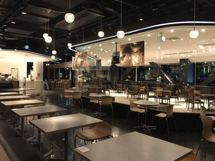 夜景なら、東京ジョイポリス内の「Frame cafe(フレームカフェ)」も負けていませんよ。利用するためには東京ジョイポリスの入場券を購入する必要がありますが、ロケーションは抜群!特にテラス席から眺める東京湾とレインボーブリッジの夜景は最高です。