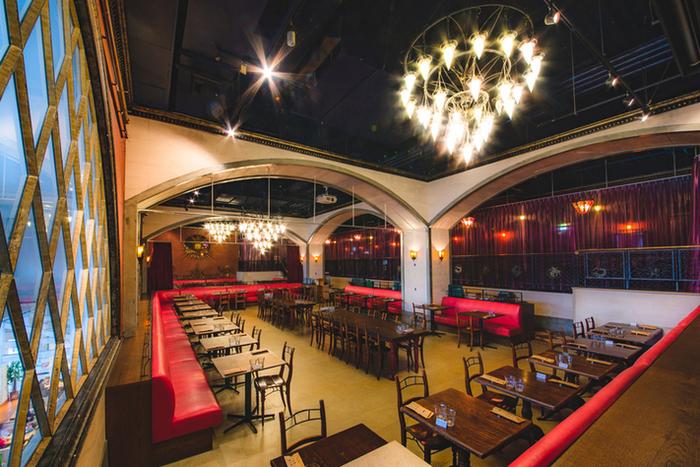 アクアシティお台場の4階にある「Cafe La Boheme(カフェラボエム)」は、素敵な雰囲気のイタリアンカフェレストラン。パーティーにも使用される店内は、華やかだけど落ち着きのある大人な空間です。夜遅くまで営業しているところが嬉しいですね。