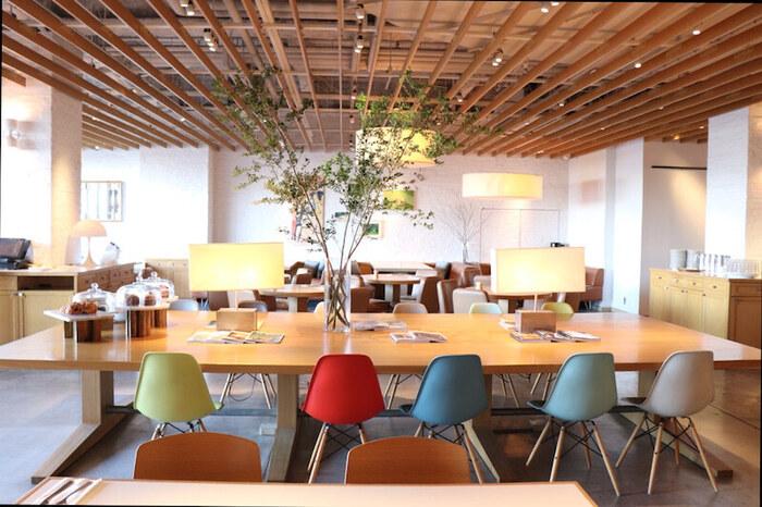 """デックス東京ビーチの3階に、""""世界一の朝食""""として人気がブレイクした「bills(ビルズ)」の日本3号店があります。他店舗との違いは、広々とした空間。朝の光につつまれて、のんびり過ごすことができますよ。"""
