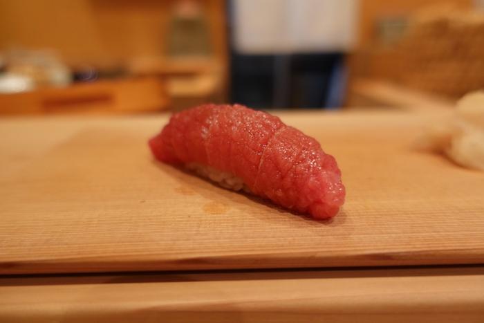 銀座の高級寿司が堪能できる名店「鮨太一(たいち)」。カウンターのみ9席で、高級感漂う店内。まるで大人の隠れ家のような特別感がたまらない、銀座で一度は訪れたいお寿司屋さんです。