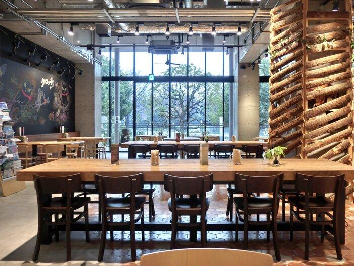 国際展示場正門駅から徒歩約7分。武蔵野大学有明キャンパス内にある「ロハスカフェARIAKE」は、木のぬくもりとあたたかい日差しにつつまれた、おしゃれな空間のカフェです。武蔵野大学の学食ですが、一般の人も利用OK!店内にはキッズスペースも設けられています。