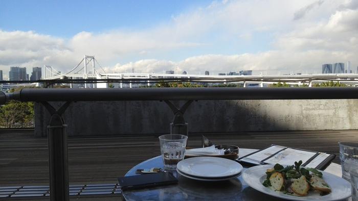 デックス東京ビーチの3階、お台場のベイエリアを一望できる最高のロケーションにあるカフェ「ANCHORS(アンカーズ)」。こちらのテラス席からはもちろん、ガラス張りの店内からもお台場のオーシャンビューを楽しむことができます。