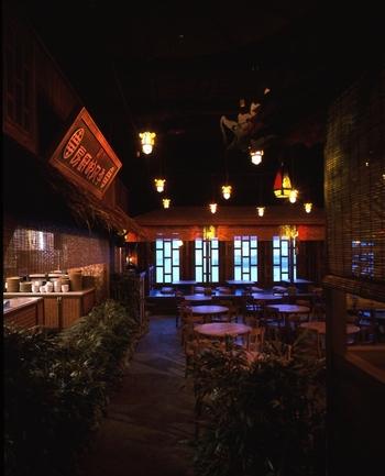 オリエンタルな雰囲気の中、本格的なエスニック料理が楽しめる「Monsoon Cafe(モンスーンカフェ)」。ランチタイムも人気ですが、お台場なら、夜景がきれいなディナータイムがおすすめです。やっぱり人気は窓側の席!お台場の夜景を一望できます。飲み放題や記念日プランなど、コースが充実しているところも嬉しいポイント!