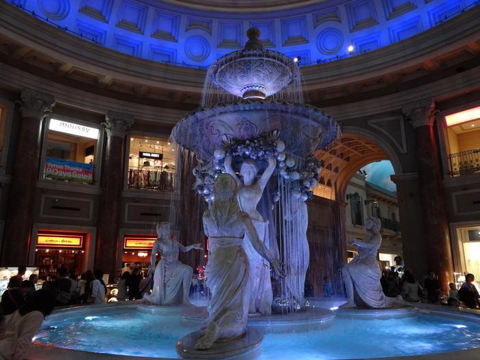 お台場で人気のショッピングモール・ヴィーナスフォートと言えば、中世ヨーロッパの街並をイメージして作られたモール街。そのシンボルでもある噴水広場のすぐ近くにあるのが、フレンチが楽しめる「Cobara-Hetta(コバラヘッタ)」です。店内のテラス席からは、噴水もバッチリ見えますし、旅行気分が味わえますよ。
