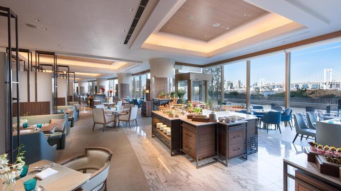日々頑張る自分へのご褒美に、ホテルで贅沢な朝ごはんはいかが?ヒルトン東京お台場内にある「SEASCAPE(シースケープ)」では、 6:30からブレックファストビュッフェが楽しめます。大きな窓から見えるお台場の絶景を眺めながら、優雅な朝を過ごしてみませんか?