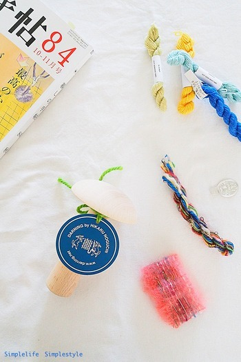 補修する生地に合わせた色・素材・細さの毛糸を用意します。コットン糸や、太めの刺繍糸などでもOK。生地の厚みに合わせて2本取りにしたり、目立たないように生地に近い異なる色味を2色合わせて使ったり、刺繍のようにモチーフにすることであえて目立たせたりetc…、補修の仕方によって使い方を変えましょう。