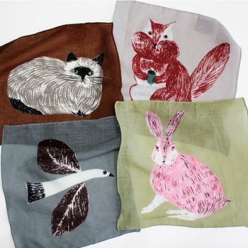 人気イラストレーター・松尾ミユキさんによる、動物のイラストが大きくプリントされたハンカチ。繊細なタッチで描かれた動物たちは、どこかシュールで独特の雰囲気が漂います。