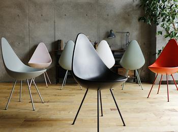 スタイリッシュなデザイナーズチェアは、置くだけでモダンな雰囲気がグッとアップします。こちらは、デンマークを代表するデザイナーのアルネヤコブセンが生み出したドロップチェア。座り心地も抜群です。