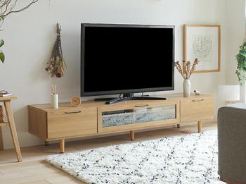 清潔感のある明るいテレビボードは、天然のオーク材を使用しているので丈夫で長持ちです。花やボタニカルデザインの小物を飾ると北欧感が増します。