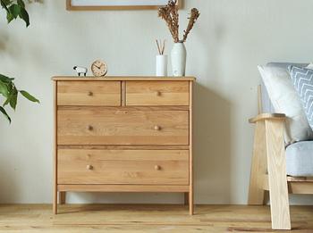 ちょっとしたベッド周りのアイテムが整頓でき、快適なベッドルームをつくるキャビネット。北欧デザイナーの時計や置き物など、小物や花瓶を飾ることでより北欧感を増します。
