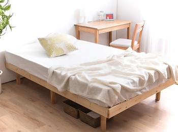 どんなベッドシーツとも相性がいい天然木パインを使用したすのこベッド。通気性が良く、マットはもちろん布団を敷いてもOKです。可愛い北欧テキスタイルや天然素材でベッドメイキングしましょう。