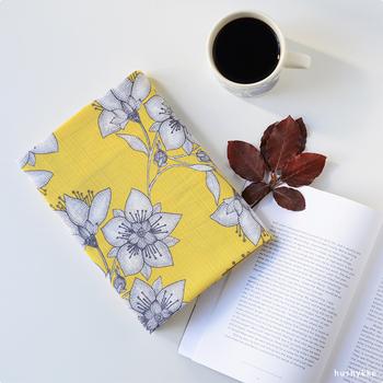 しっかりしたハリのあるコットン生地に描かれた、北欧のデザイナーによる花柄テキスタイル。鮮やかな色の背景に描かれたお花は、どこか和の雰囲気も漂います。