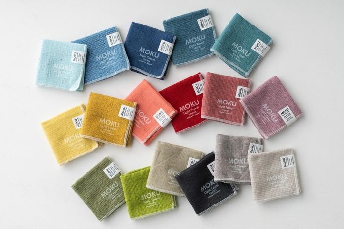 世界に誇る日本のタオルの産地、今治タオルのブランド「kontex」のハンカチタオル「MOKU(モク)」。豊富なカラーバリエーションで、お好みの色を選び放題。お手頃価格なので、用途やシーンに合わせて色違いで揃えてもいいですね。