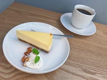 スイーツでは、『抹茶ロールケーキ』『チーズケーキ」などが。スイーツではありませんが、『カマンベールハニートースト』も好評ですよ* ※コーヒーやケーキはテイクアウトできます。