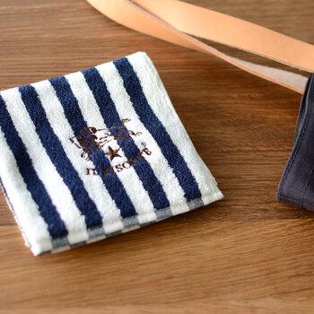 目の詰まったしっかりとしたパイル素材に、イルビゾンテのブランドロゴの刺繍が施されています。男性へのプレゼントにも喜ばれそう。