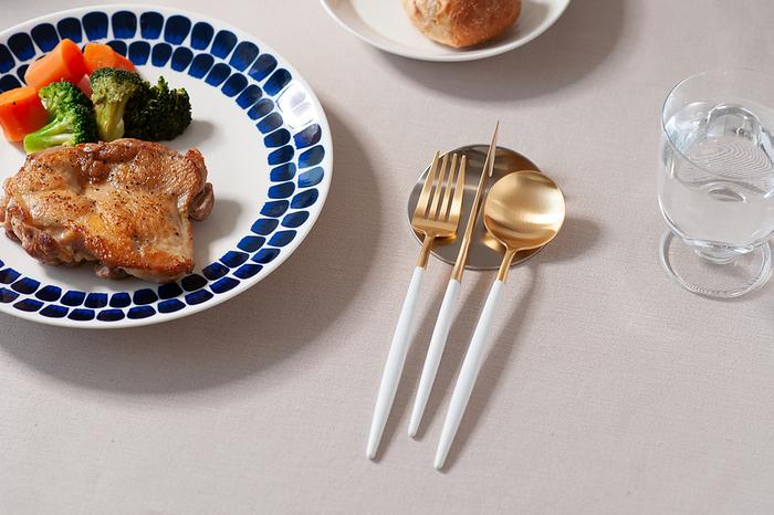 こちらの「ホワイト×ゴールド」は、置くだけでテーブルを華やかにしてくれる存在感ある配色。普段の食事にはもちろん、お祝い事やパーティーの席にも活躍しそう。ツヤを抑えた仕上がりで、華美になりすぎることなくテーブルをさりげなく上品に演出してくれます。