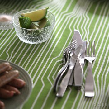 世界的なデザイナーのアントニオ・チッテリオ氏と、パートナーであるグレン・オリバー・ロウによって1998年に発表されたカトラリー。ナイフ以外はS字ウエーブの付いたデザインで、スタッキングが可能。コンパクトに収納できます。