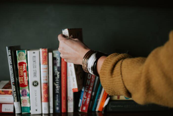 ついつい興味があるものをまとめ買いしがちな本ですが、一気に数冊買うことなく、「コレ読みたい!」と思ったものを1冊だけ買うのがオススメ。  そして、必ずその日のうちに読み始めるようにしましょう。