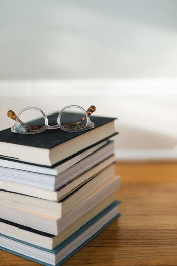 """なぜかというと、""""その本を買った時こそ、その内容に興味がMAXになっている瞬間""""だからです。「明日読もう」と何気なく脇に置いてしまえば、どんどんその本への興味は薄れていくことの方が多いのです。  何冊もまとめて購入して、「これを読み終わったら次にコレ」としっかり準備しておいても、いざその本に取り掛かるときには興味が薄れて結局表紙は開かれぬまま・・・となりがちなもの。"""