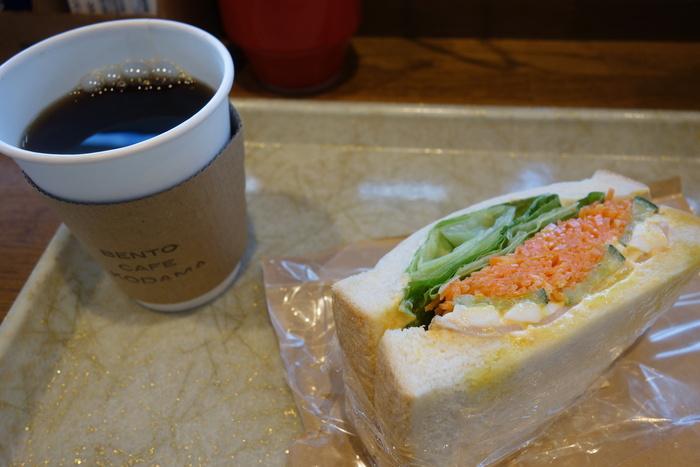 他にも、お野菜たっぷりのサンドイッチとコーヒーなど、小腹が空いた時に重宝するメニューも多いので、旅をスタートする前の腹ごしらえや、テイクアウトして帰りの電車で食べるのもおすすめです。