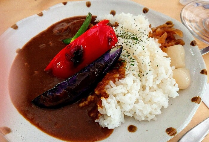 売り切れてしまうこともある「和牛特製カレー」は、季節によって異なるお野菜がトッピングされています。鮮やかな彩りも食欲をそそりますね。