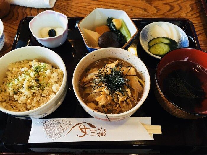 「深川宿」で食べられる深川飯は2種類。1つは画像中央の「ぶっかけ」という、あさりとネギを味噌で煮込んだものをご飯にかけたもの。もう1つは画面左側の炊き込みご飯「浜松風」。ぶっかけは漁師飯、そして炊き込みご飯のほうは職人さんのお弁当として生まれた料理と言われているそうです。食べ比べができるとうれしいですね。