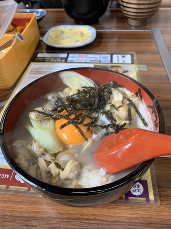 こちらのお店のぶっかけタイプ「深川丼ぶり」は、卵黄がのっているのがポイントです。熱々、とろとろを召し上がれ!