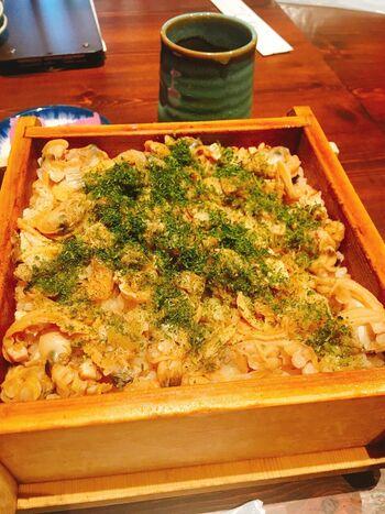 こちらのお店は「深川あさり蒸籠めし」と言って、日本料理の伝統技法の炊き合わせでいただけます。蒸籠でふっくらと炊かれたあさりやご飯は絶品!メディアでも数多く取り上げられているお店だそうです。炉端焼きなどほかのメニューも充実しているので、大人数で行きたいお店です。