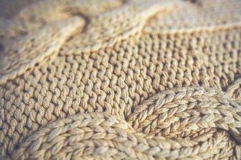 後からよくよく見たら糸のほつれや汚れを発見!なんてこともセールではよくありがち。その場合はすぐにお店に連絡して返品や修理の相談をしましょう。
