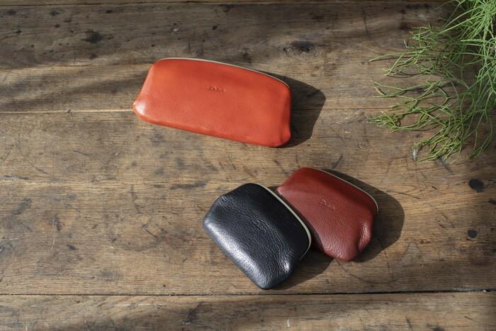 """新年度に合わせて、お財布も新調する人が増えてくるこの時季。「Dakota」のお財布から、ミニマムなデザインのがま口タイプをピックアップ。""""天溝(てんみぞ)""""と呼ばれる金具の見えにくい珍しいデザインを作れる職人さんは、今や少数なのだとか。 絶妙な感覚の開け閉めは、手にした人こそが味わえる病みつきさです。"""