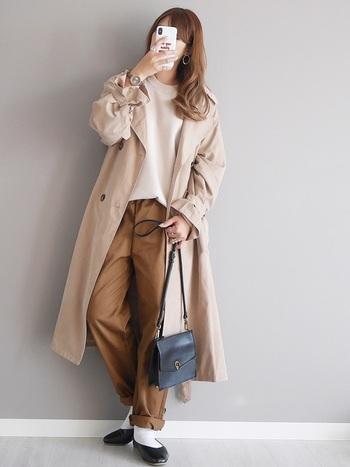 こちらはGUのシェフパンツを着用したコーデイネート。ブラウン系で優しくまとめて女性らしく履きこなしたお手本コーデです。
