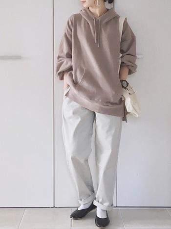 GUの白のシェフパンツを使ったメンズライクコーデです。シューズや時計のブラックで引き締めつつ、ゆるっとした印象が大人可愛い。