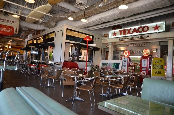 アメリカンな雰囲気が楽しめる「LONGBOARD CAFE(ロングボードカフェ)」もおすすめ!本物のアンティーク用品を使い1960年代のカリフォルニアのドライブインを再現した店内は、インスタ映え間違いなし◎アクアシティお台場3階の台場駅側、自由の女神像の前にあります。