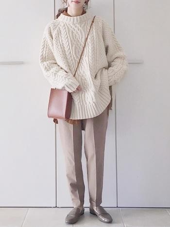 ベージュのシェフパンツをボリューム感のあるアランニットと合わせてメリハリよく着こなし。