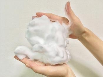 いくら石鹸で落ちると言っても、すぐ消えてしまう泡ではメイクはしっかり落とせません。ふわふわの弾力のある泡を作って、お肌をこすらないように優しく洗顔しましょう。