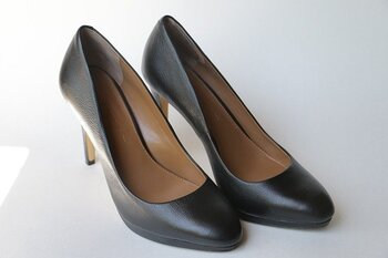 靴はとにかくサイズが命。どんなにデザインが気に入っていてもサイズが合わなければ履かなくなってしまう危険があります。デザインや価格だけで購入してしまうのは勿体無いですよ!