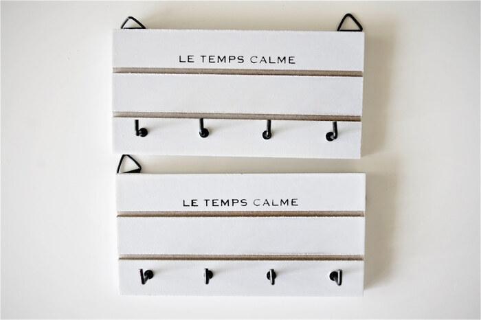 クローゼットの壁面にピン留めすれば、ネックレス収納に便利なフック付きプレート。 マステを貼ったり、ペイントしたりとアレンジしても素敵ですね。 軽いので、ピン留めが難しい場合は、剥がせる粘着テープで固定しても◎
