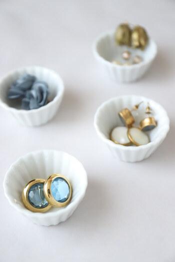 小ぶりなミニカップも、ピアスのような小さなアクセサリー収納にぴったりなアイテム。 引き出しの中にそのまま入れてもいいですし、ボックスの中で使っても素敵。