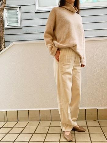 ニットや靴を淡いベージュトーン×白のシェフパンツで優しい雰囲気の上品スタイルに。